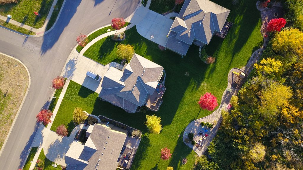 birds eye view of 3 houses in a residential neighborhood